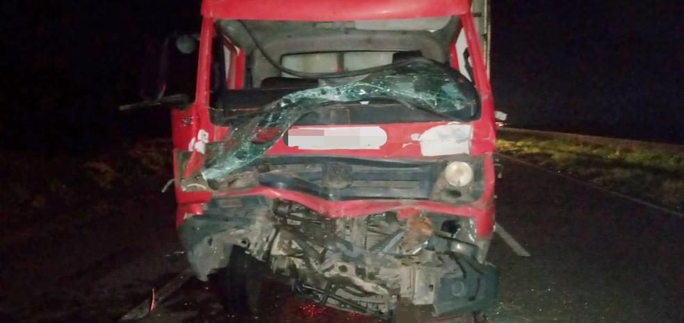 Caminhão baú teve a parte dianteira danificada ao bater em um treminhão, nesta quarta (15), na BR-101, em Igarassu, no Grande Recife, provocando a morte do motorista — Foto: PRF/Divulgação