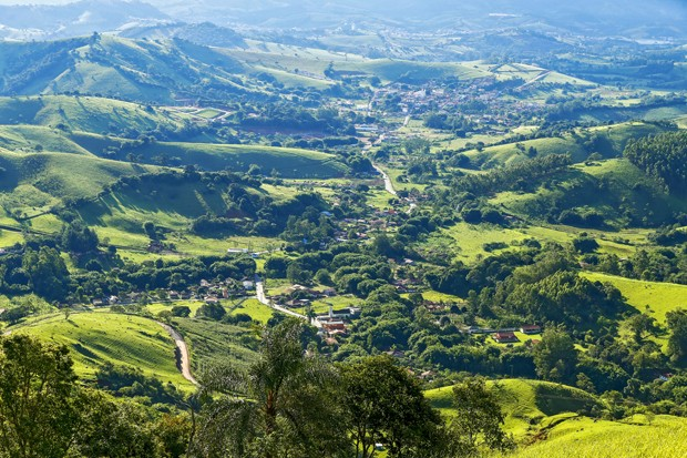 Small town nestled among the green hills of the Serra da Mantiqueira, in the state of Minas Gerais, Brazil (Foto: Getty Images/iStockphoto)