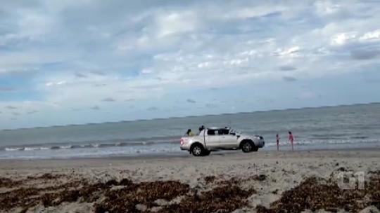 Banhistas flagram carros e motos circulando livremente na praia de Lucena, no Litoral Norte da PB; vídeo