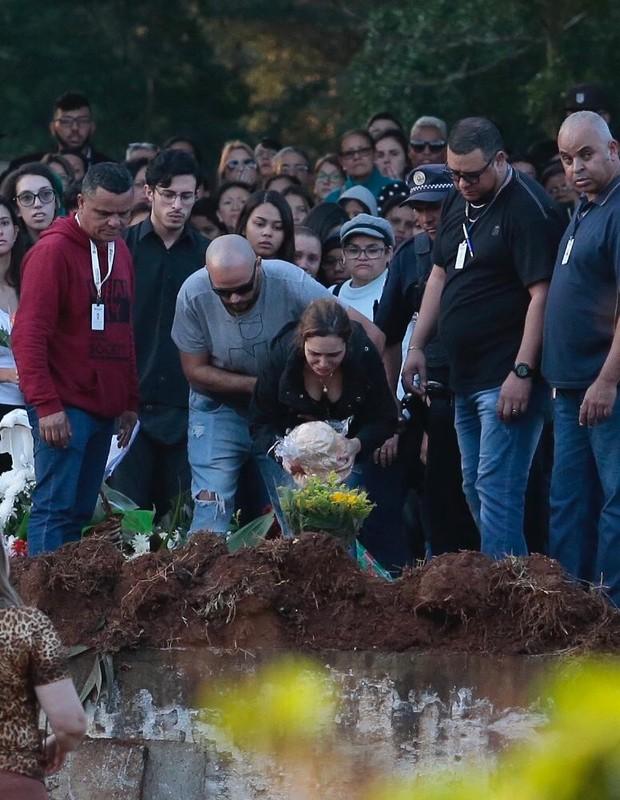 Isabela Tibcherani se despede de Rafael Miguel em enterro (Foto: QUEM)