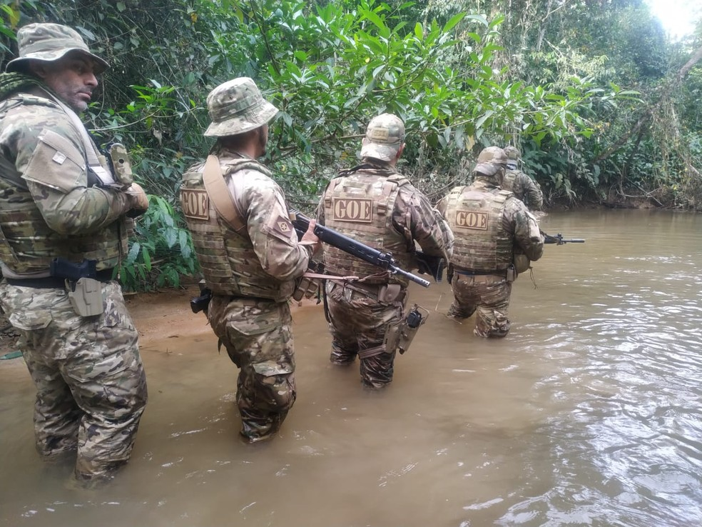 Mais de 120 policiais das forças especiais e Bope procuram em mata assaltantes que roubaram dois bancos em Nova Bandeirantes — Foto: Divulgação