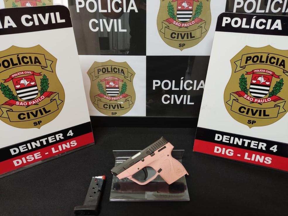 Arma foi apreendida após menino ser baleado com tiro no rosto acidentalmente em Lins (SP) — Foto: Polícia Civil/ Divulgação