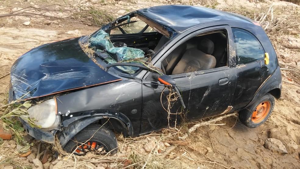 Ford Ka em que estavam os dois homens foi arrastado pela correnteza do Rio São Miguel, em Santana do Matos — Foto: F. Damião
