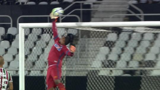 Marlon Freitas pega a sobra, a bola desvia, e Aranha salva, aos 43' do 2º tempo