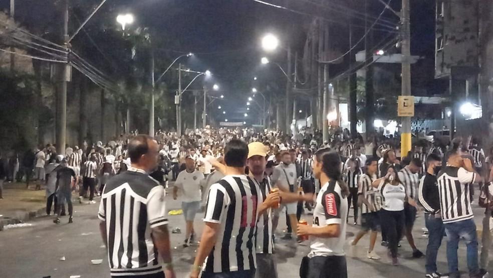 Torcedores se aglomeram sem máscara antes de jogo em BH — Foto: Paulo Pires/TV Globo