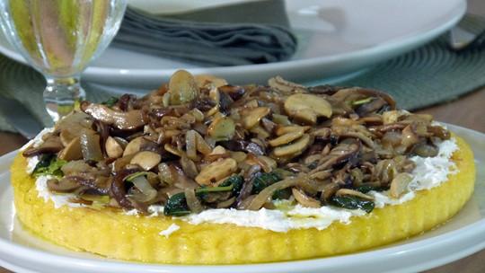 Torta de Polenta com Cogumelos e Sálvia do Leandro Hassum