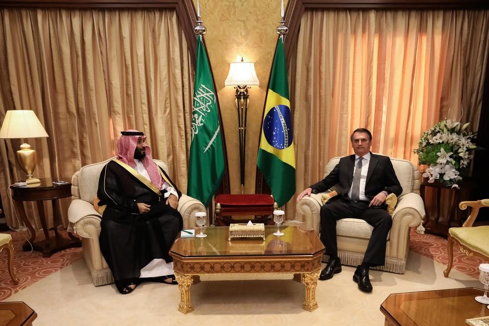 O príncipe herdeiro da Arábia Saudita, Mohammed bin Salman, e o presidente Jair Bolsonaro durante encontro em Riad — Foto: José Dias/Presidência da República