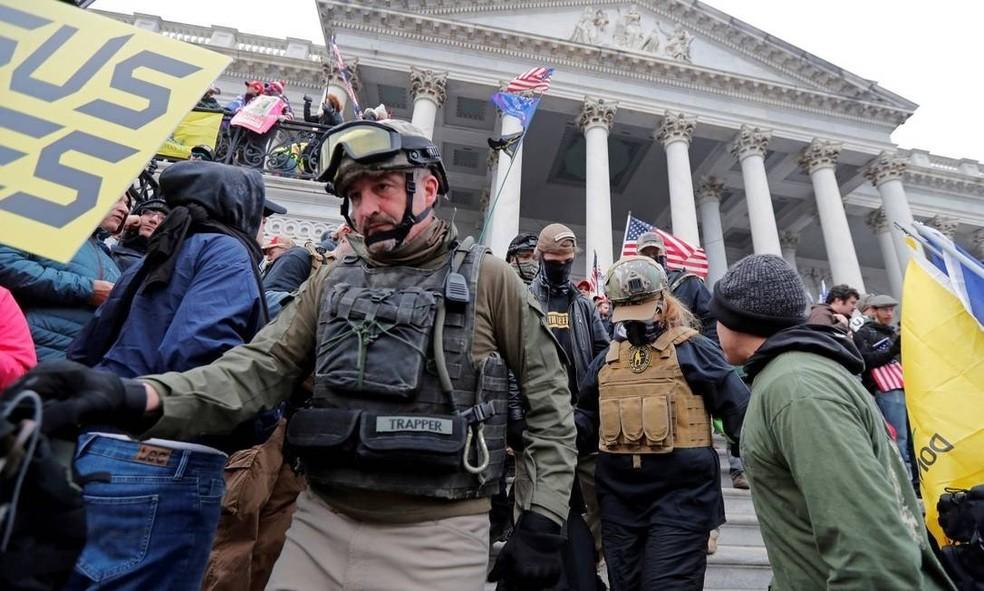 Imagem mostra Donovan Crowl em frente ao Congresso dos EUA no dia da invasão do Capitólio, em 6 de janeiro de 2021 — Foto: Jim Bourg/Reuters/Arquivo