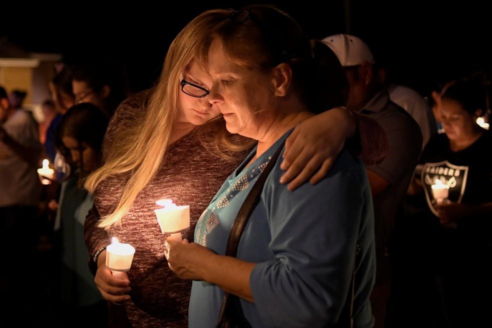 Moradores de Sutherland Springs, no Texas, fazem vigília após morte de 26 em ataque a tiros durante culto em igreja neste domingo (5) (Foto: REUTERS/Mohammad Khursheed)