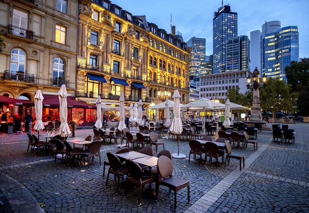 Mesas e cadeiras vazias na na Praça da Ópera, em Frankfurt, na Alemanha, em 28 de outubro — Foto: Michael Probst/AP