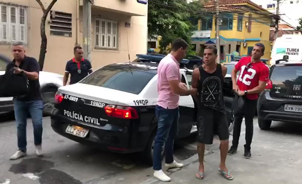 Igor Uriel chega à delegacia após ser preso na academia  — Foto: Reprodução/TV Globo