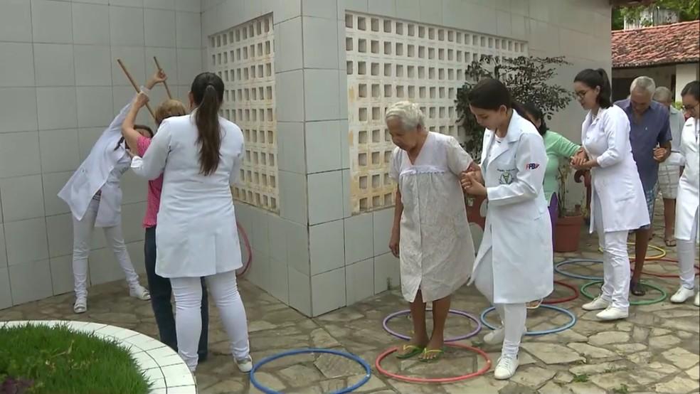 Idosos sendo atendidos por fisioterapeutas e enfermeiros na Aspan, em João Pessoa — Foto: TV Cabo Branco/Reprodução