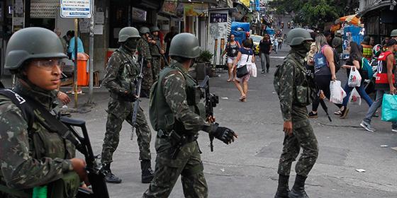 Exército na Rocinha, no Rio, em setembro do ano passado (Foto: Pedro Teixeira / O Globo)