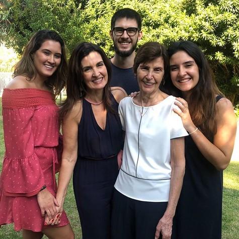 Fátima Bernardes com a mãe e os filhos (Foto: Reprodução)