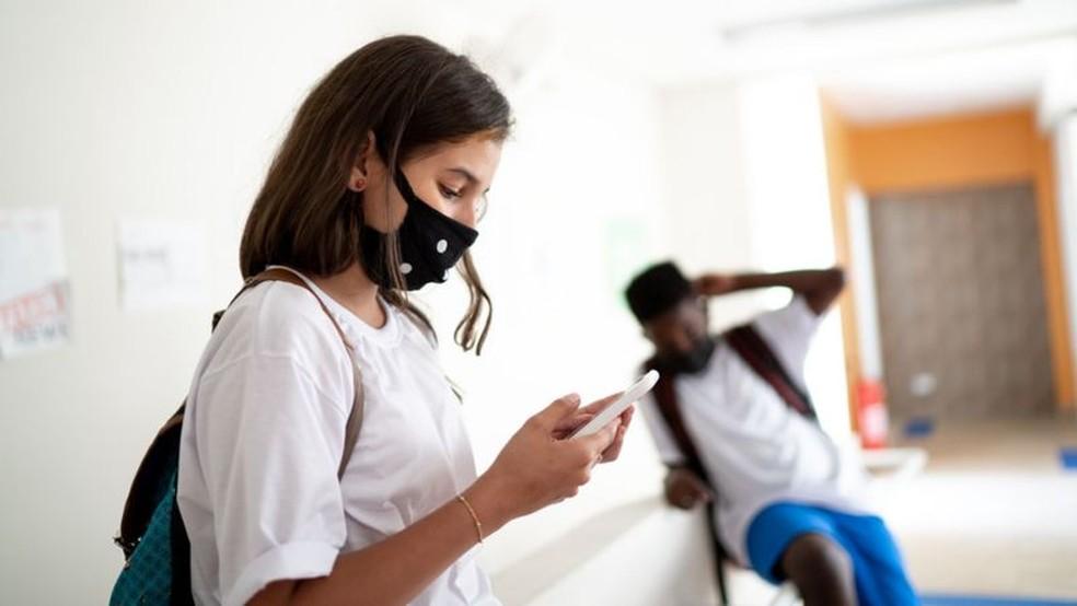 Pesquisa mostrou que três em cada dez jovens no Brasil já consideraram não voltar à escola ou à faculdade durante a pandemia — Foto: Getty Images