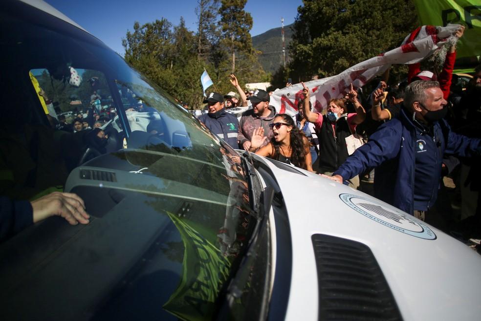 Manifestantes protestam na van que leva o presidente da Argentina, Alberto Fernández, para o Lago Puelo neste sábado (13) — Foto: Reuters/Matias Garay