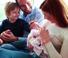 Pai e filho, mãe e bebê recém-nascida (Foto: Monkey Business Images / Shutterstock)