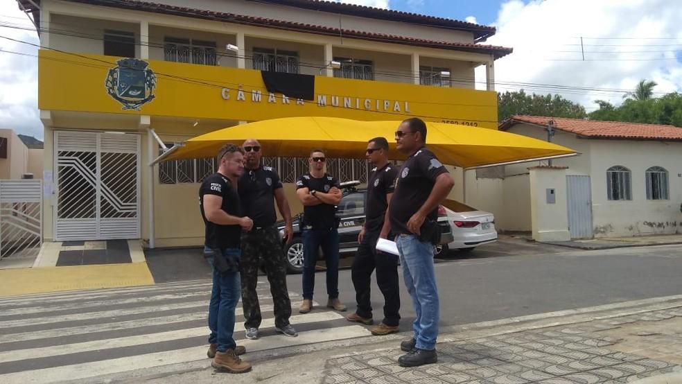 Policiais estiveram na Câmara da cidade para recolher documentos — Foto: Rafaela Ramos/Inter TV dos Vales