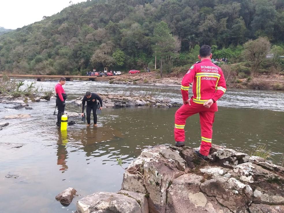 Corpos foram resgatados neste domingo (30). Família aproveitava o dia de calor na margem do rio — Foto: Bombeiros Voluntários de Jaquirana