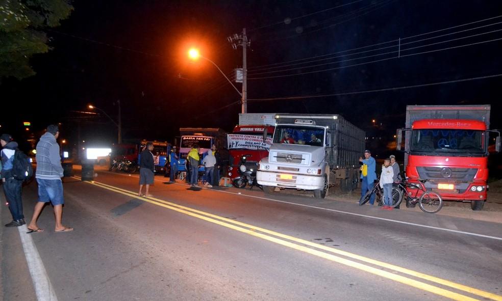 Itajubá teve noite de protestos na BR-459 (Foto: Luciano Lopes)