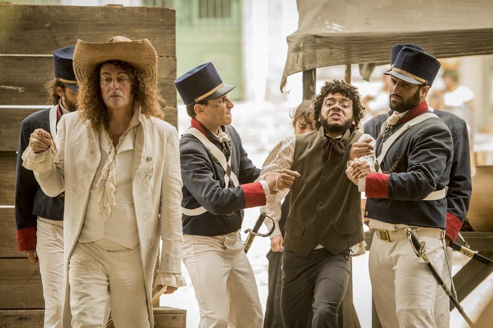 Libério (Felipe Silcler) é levado por Sebastião (Roberto Cordovani) para ser vendido no mercado de escravos, em 'Novo Mundo' — Foto: TV Globo/João Cotta