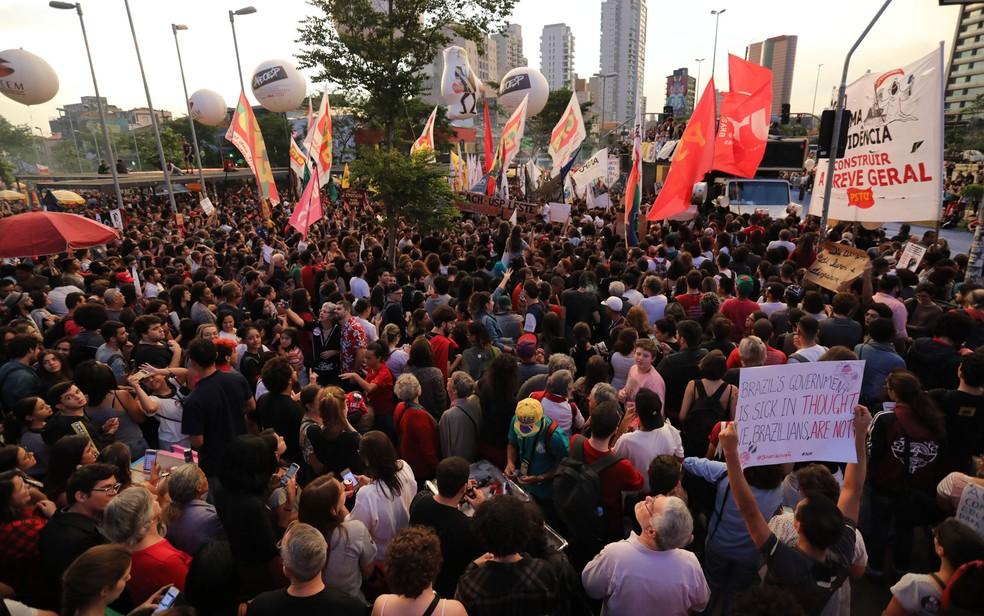 SÃO PAULO, 17h30: Manifestação contra cortes na educação no Largo da Batata — Foto: Fábio Tito/G1
