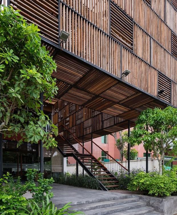 O hotel promove sustentabilidade tanto pelo fato de reaproveitar o material da construção, quanto por favorecer o verde, a luz solar e a ventilação natural (Foto: Quang Dam/ Designboom/ Reprodução)