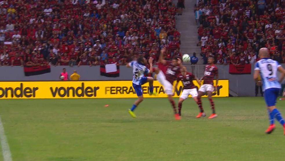 Lance polêmico com William Arão na área do Flamengo — Foto: Reprodução TV Globo