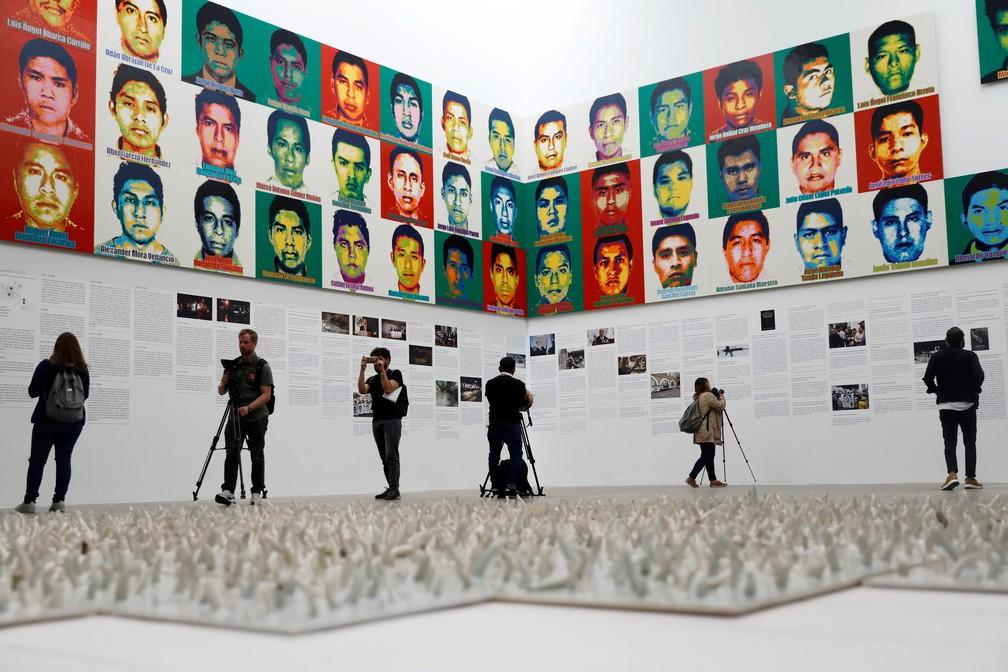 Obra de Ai Weiwei recriou os rostos de 43 jovens que estão desaparecidos desde uma ação policial há quase cinco anos.  — Foto: Edgard Garrido/Reuters