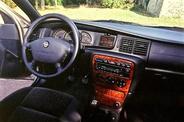 No interior, o destaque maior é a aplicação simulando madeira no console central. Velocímetro marca até 260 km/h (Foto:  Cláudio Larangeira/Autoesporte)