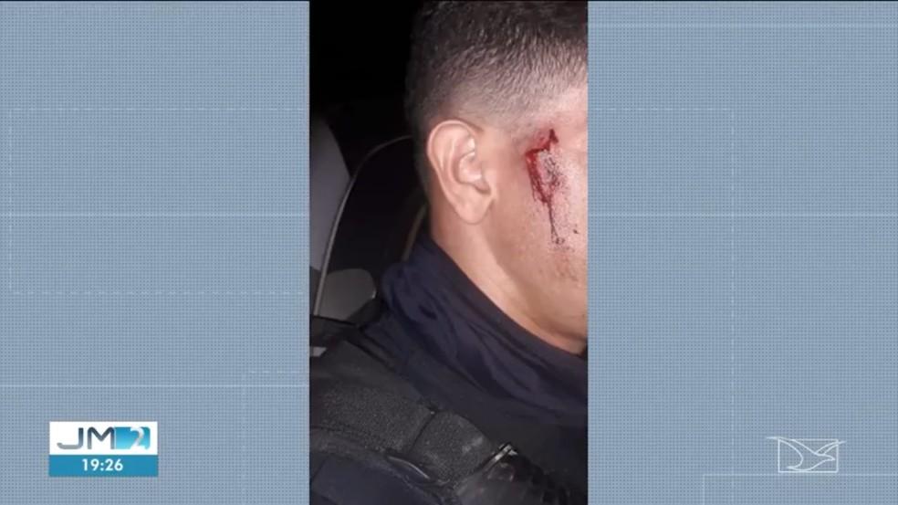 Policiais foram agredidos com socos, chutes e pedaços de tijolos. — Foto: Reprodução/TV Mirante