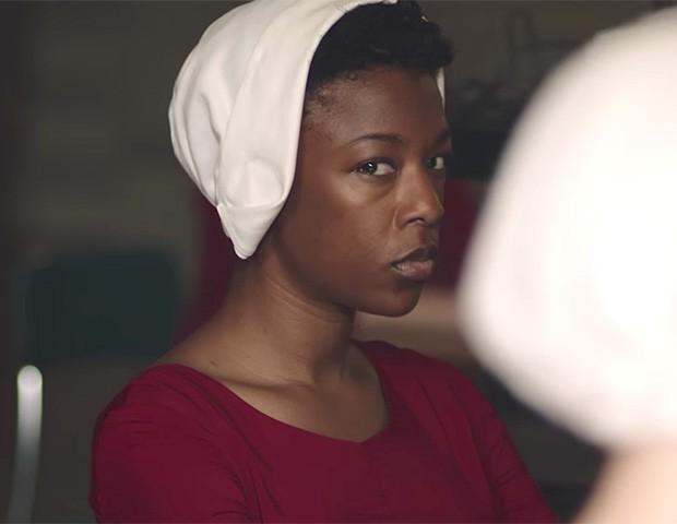 Samira Wiley em The Handmaid's Tale (Foto: Divulgação)