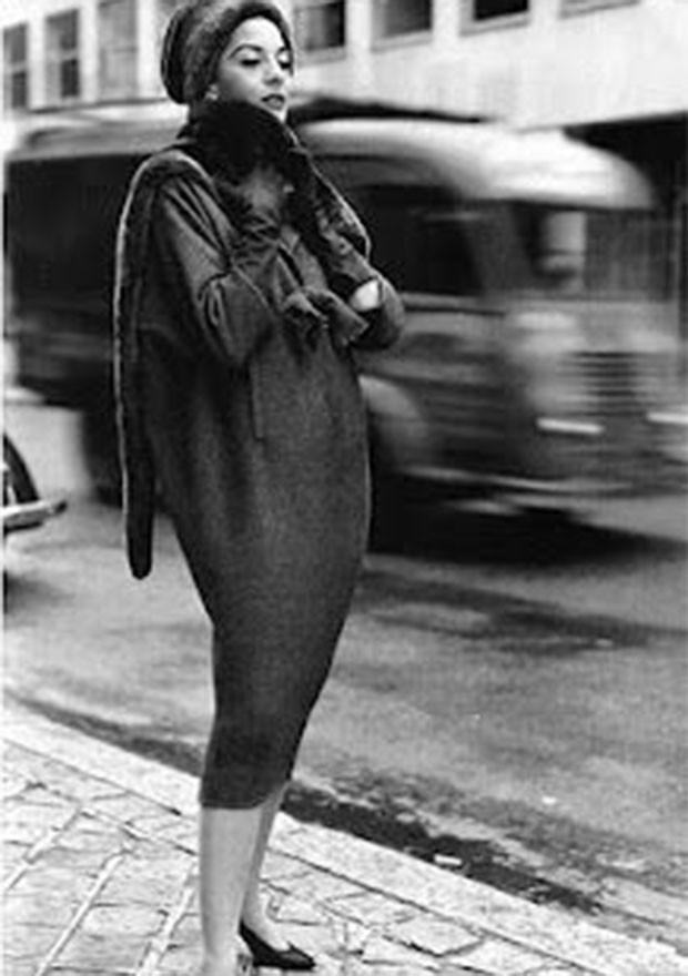 A silhueta saco virou uma precursora da moda dos anos 1960 (Foto: Pinterest)