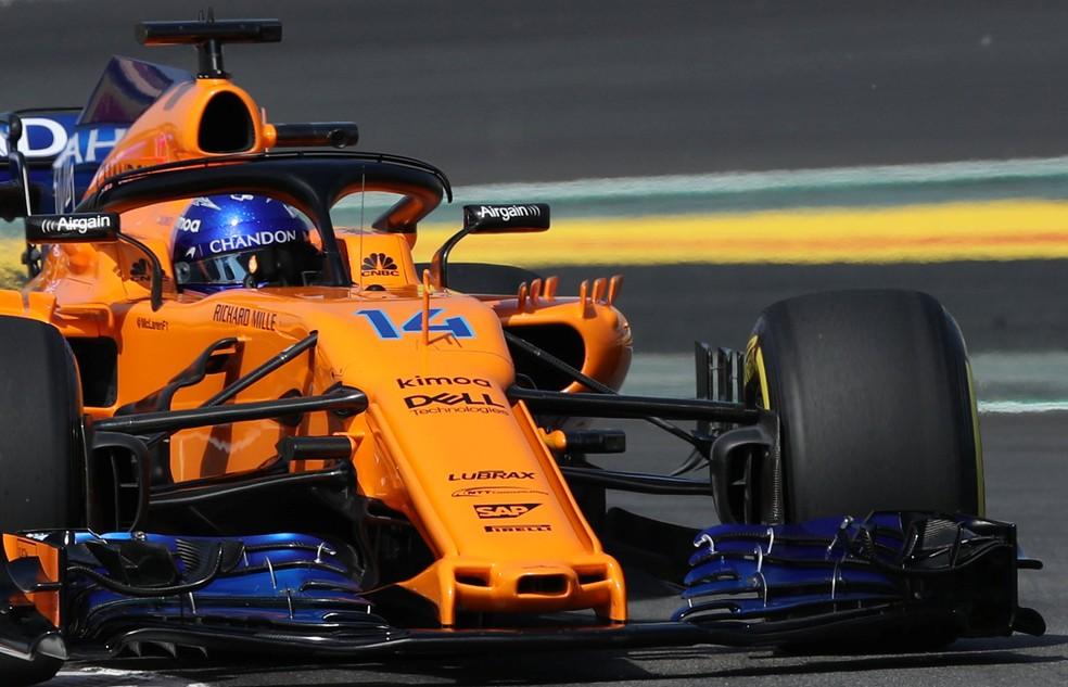 """Alonso com a McLaren de bico """"Peppa Pig"""" em Barcelona (Foto: Reuters)"""