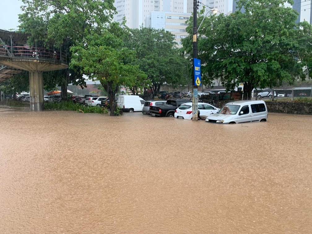 Alagamento na Avenida ACM, em Salvador — Foto: Victor Silveira/TV Bahia