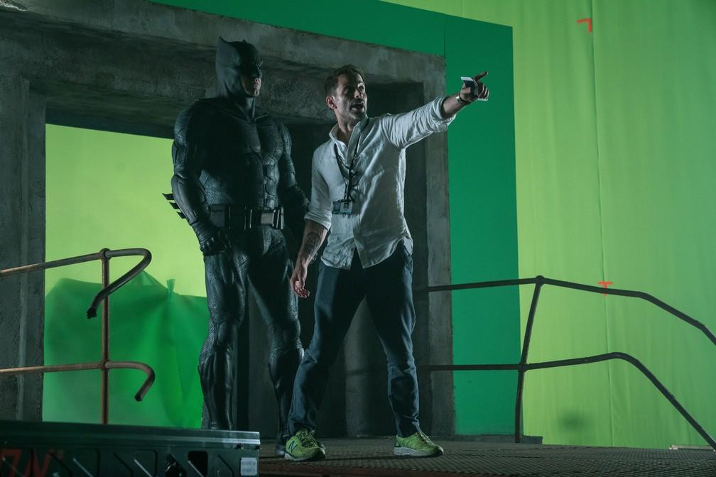 Ben Affleck recebe orientações de Zack Snyder nas gravações de 'Liga da Justiça' — Foto: Divulgação