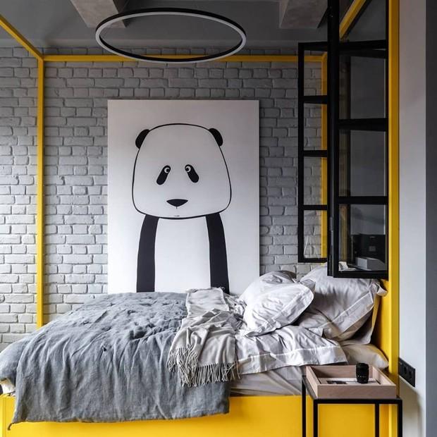 Décor do dia: estrutura amarela destaca cama em apartamento integrado