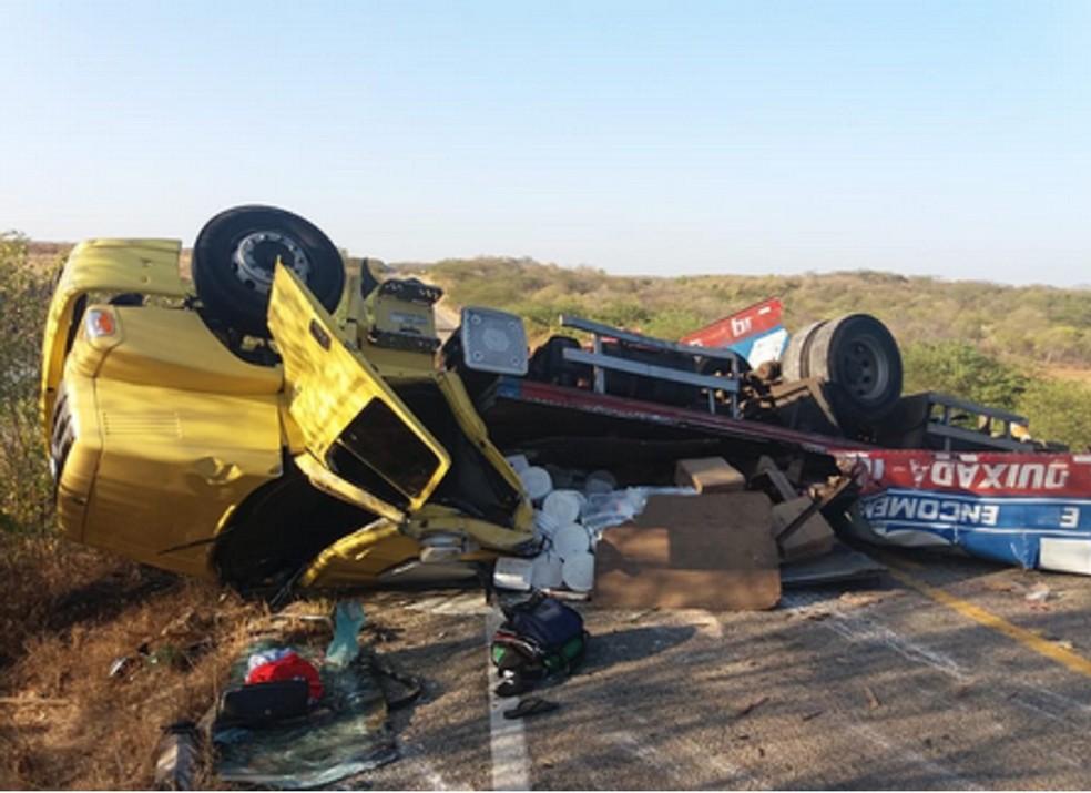 Motorista e o ajudante ficaram presos nas ferragens. (Foto: Reprodução/TV Verdes Mares)