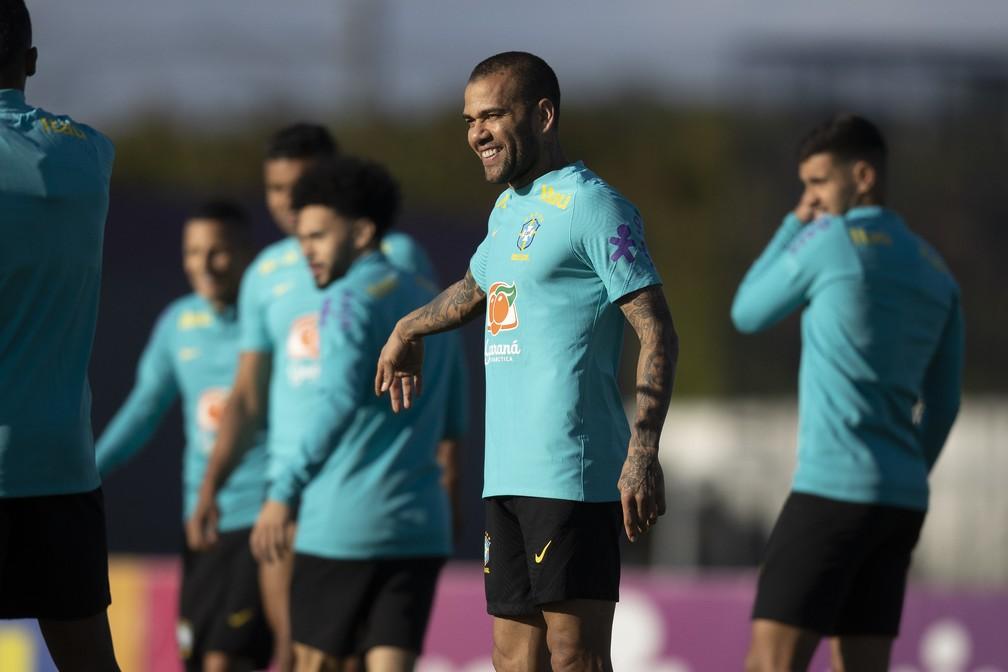 Daniel Alves esteve com a seleção brasileira na última janela de Eliminatórias — Foto: Lucas Figueiredo / CBF
