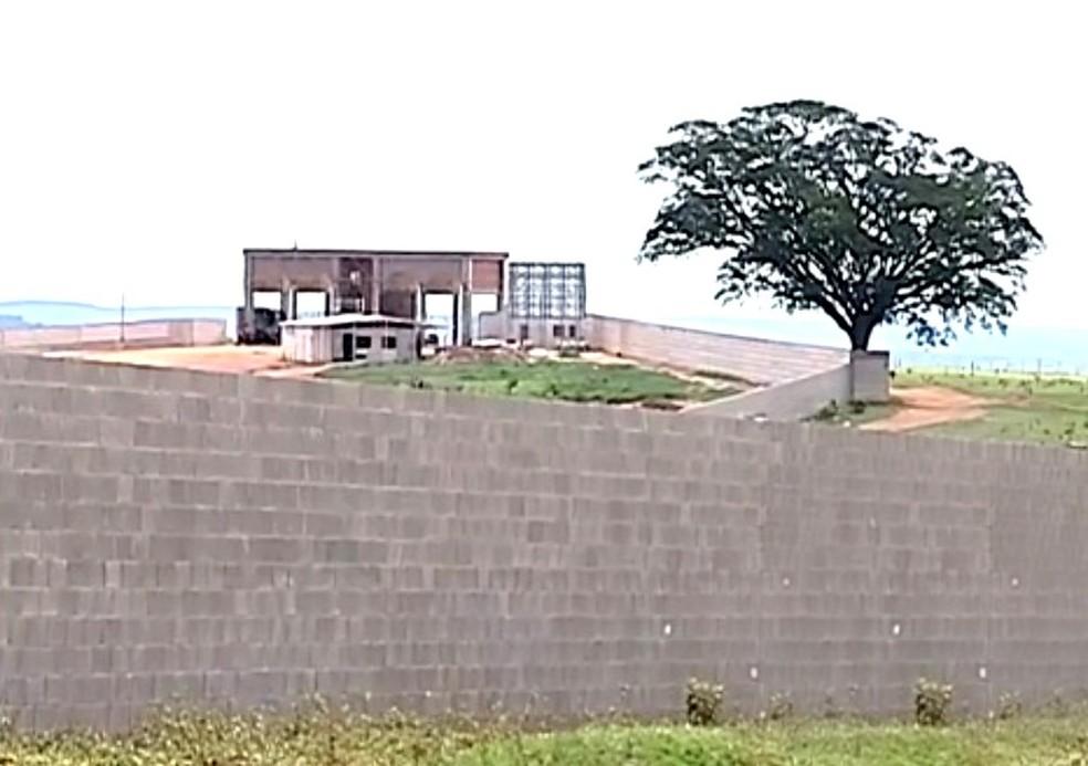 Em 2014, Justiça entendeu que a construção do condomínio apresentava irregularidades no registro, feito em Agudos, apesar da área ser de Bauru — Foto: TV TEM/Reprodução/Arquivo