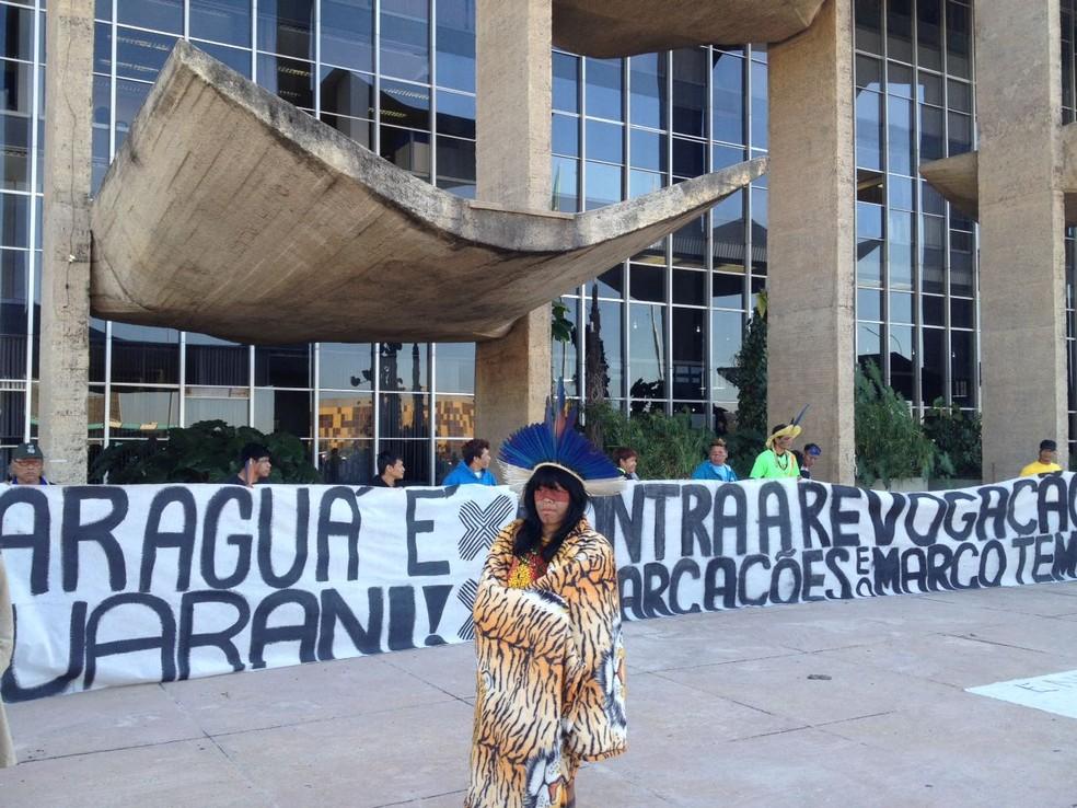 Índios acampados em frente ao Ministério da Justiça (Foto: Bianca Marinho/G1)