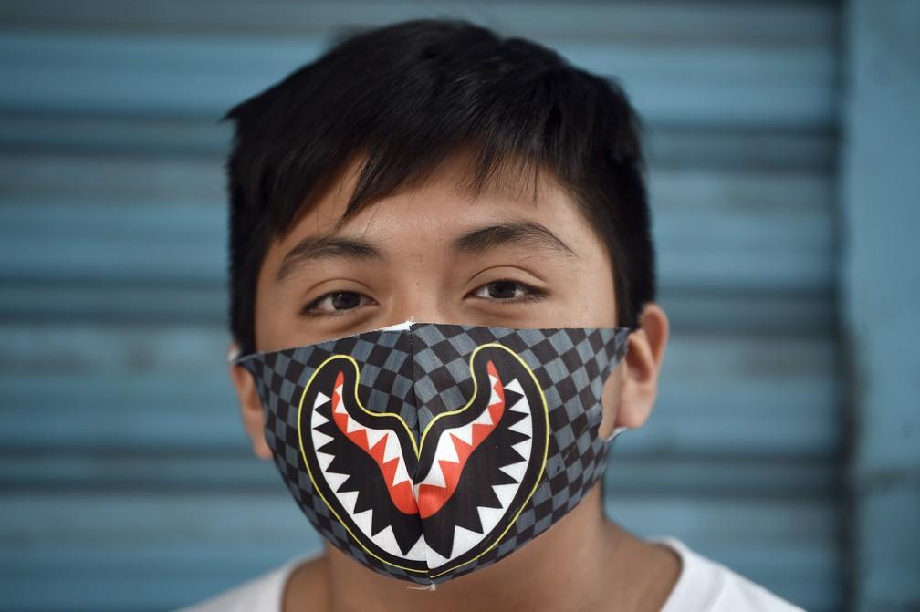 Homem usando uma máscara facial posa para foto na Cidade do México — Foto: Alfredo Estrella/AFP