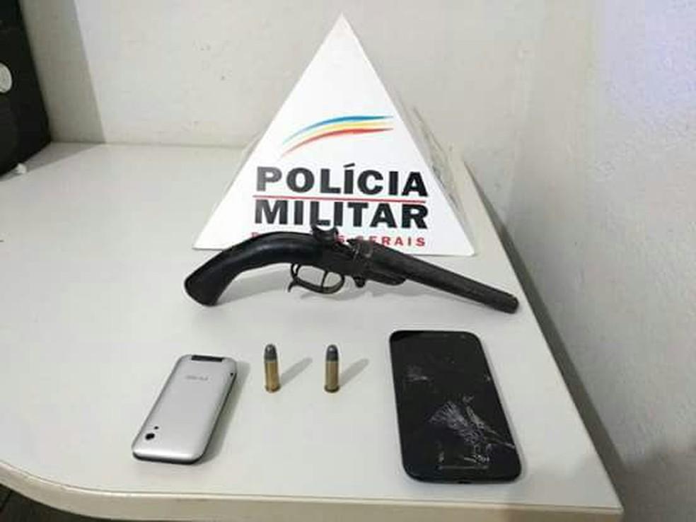 Arma usada no crime e os dois celulares recuperados foram apreendidos pela PM (Foto: Polícia Militar/Divulgação)