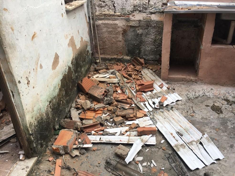 Parte de imóvel desabou no bairro do IAPI, em Salvador (Foto: Clériston Santana/ TV  Bahia)