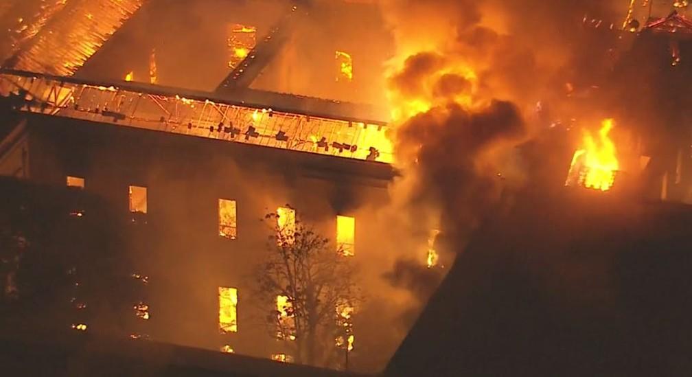 Fogo destrói o Museu Nacional, na Quinta da Boa Vista (Foto: Reprodução/TV Globo)