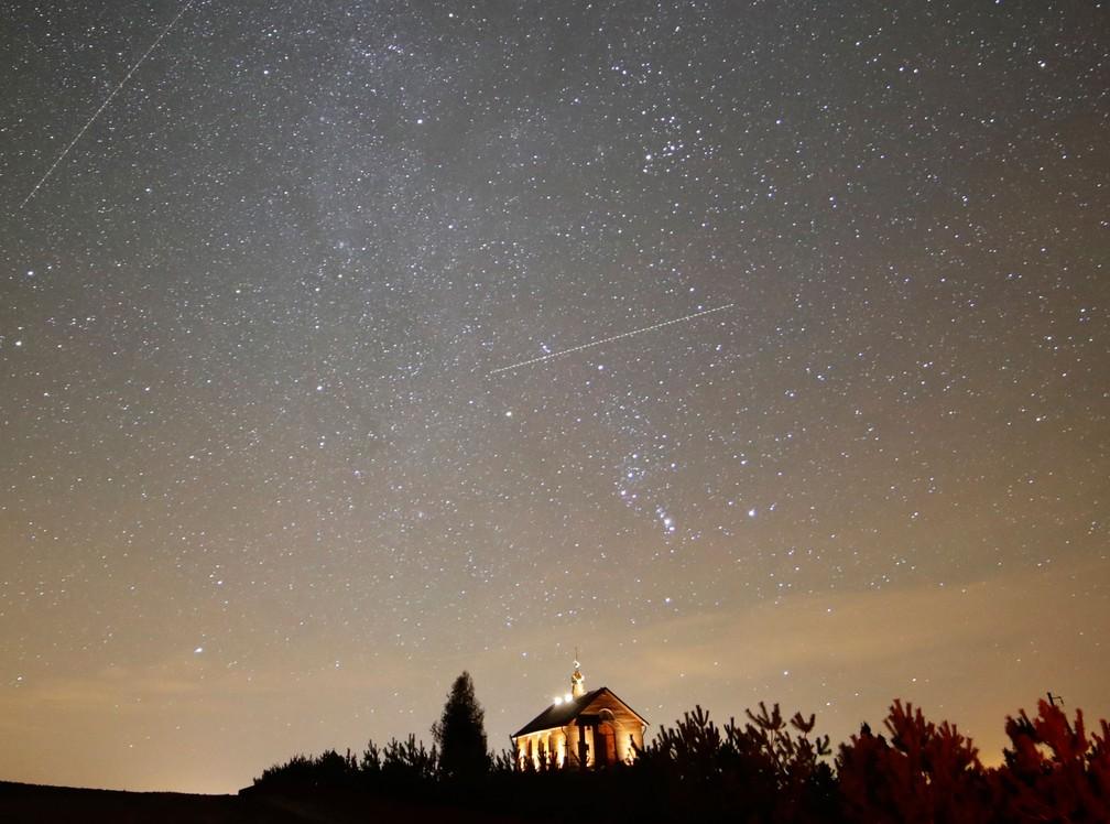 Céu iluminado durante chuva de meteoros da constelação de Gêmeos (Gemínideas) em Zagorie, na Bielorrússia, em 2017. — Foto: Sergei Grits/ AP