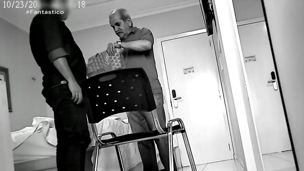 Delator e prefeito de Uiraúna em recebimento de propina, dentro de quarto de hotel, em Sousa — Foto: Reprodução/TV Globo