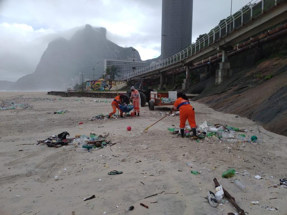 Garis retiram sujeira da orla do Rio — Foto: Divulgação/Comlurb