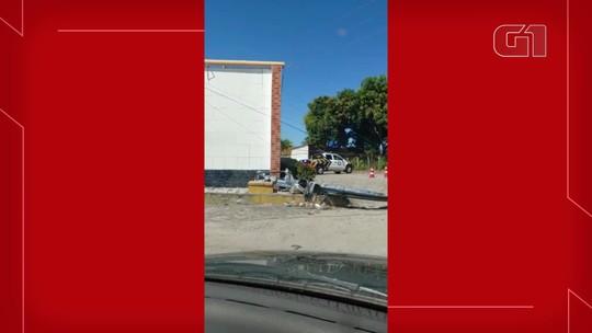 Caminhão derruba cinco postes ao fazer manobra em via na Grande Fortaleza
