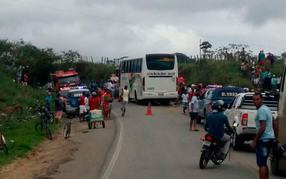 Acidente bloqueou trânsito na região (Foto: Giro Ipiaú)